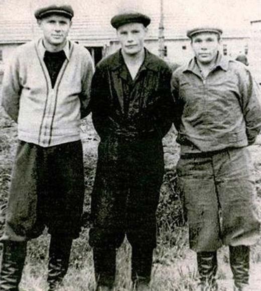 Эдуард Стрельцов (слева) в зоне