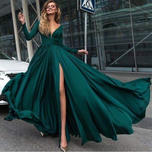Модное платье с разрезом спереди