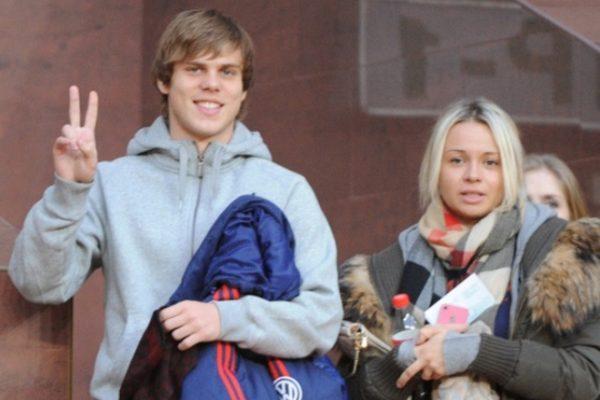 Известный футболист с женой