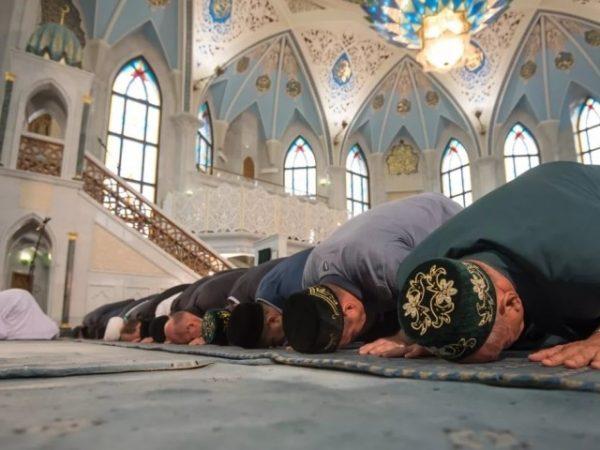 Многие мусульмане усердно молятся на Курбан Байрам