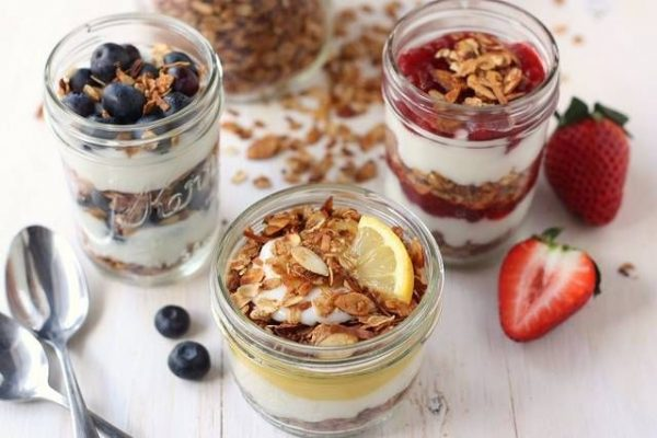 Гранолу можно подать с йогуртом