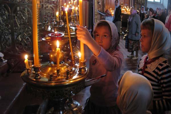На Духов день нужно поставить свечу в церкви