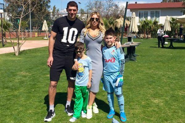 Дмитрий с женой Аленой и сыновьями