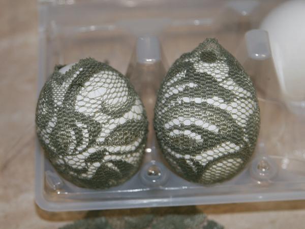 Окрашивание пасхальных яиц при помощи кружева