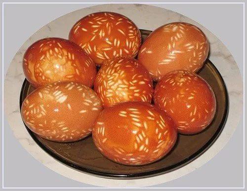 Окрашивание яиц луковой шелухой и рисом