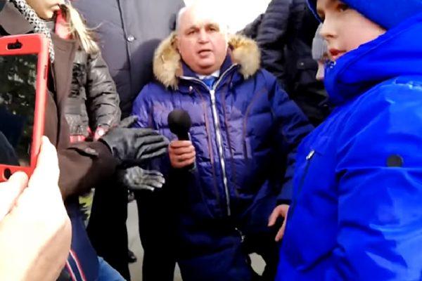 Вице-губернатор Кемеровской области встал на колени и попросил прощение за случившуюся трагедию