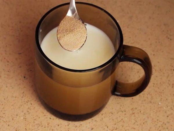 В молоко добавить дрожжи