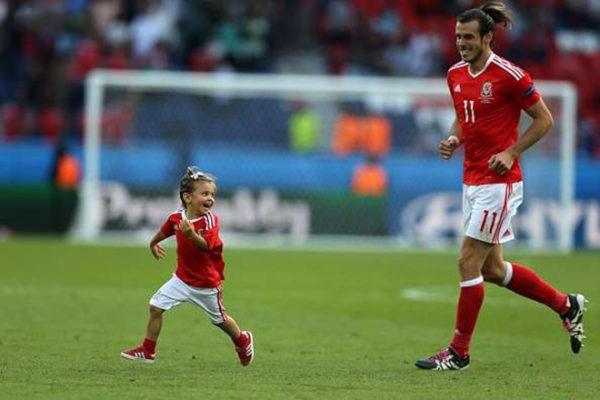 Футболист со своей дочерью