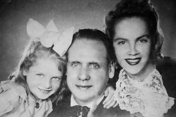Наталья Кустинская в детстве с родителями
