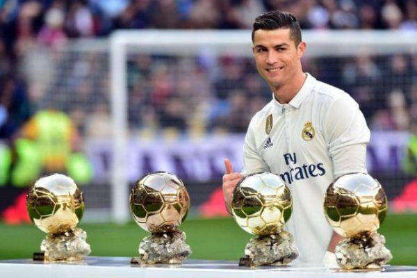 Криштиану Роналду со своими «Золотыми мячами ФИФА»