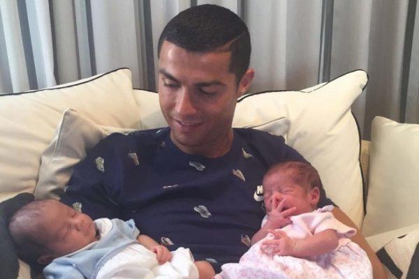 Криштиану Роналду со своими детьми-близнецами