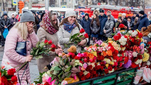 Жители Кемерово приносят живые цветы и мягкие игрушки на место случившейся трагедии