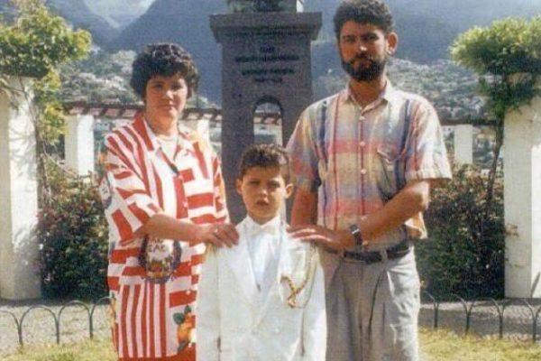 Криштиану Роналду в детстве со своими родителями
