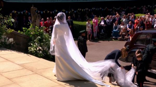 На Меган Маркл надето белоснежное платье от Givenchy с длинным шлейфом