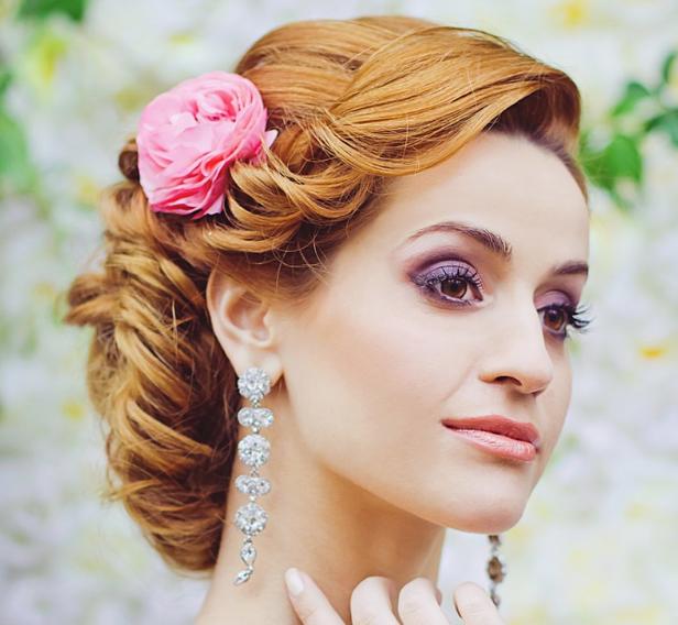Модная прическа с цветами