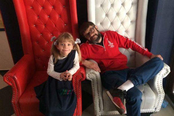 Сергей со своей младшей дочерью