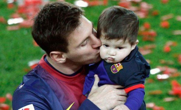 Футболист со своим сыном