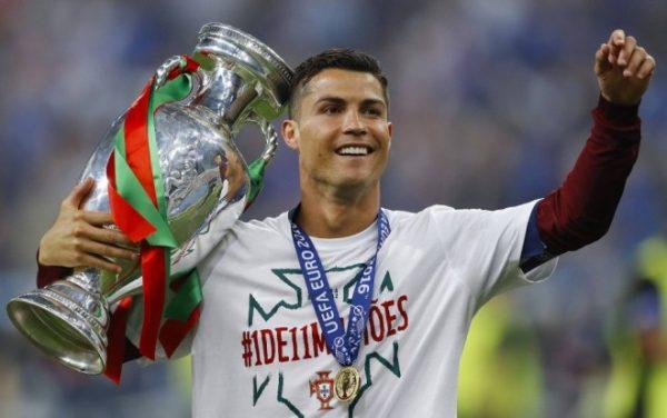 Криштиану Роналду в составе сборной Португалии с трофеем Евро-2016