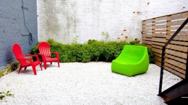 Обустройство зоны отдыха с яркой мебелью