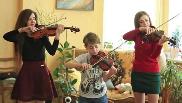 Рутгер Гарехт играет на скрипке