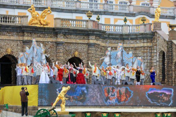 Праздничный концерт в честь открытия фонтанов в Петергофе