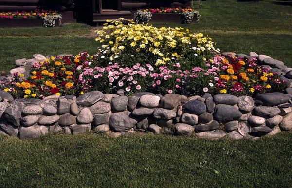 Оформление клумбы из камней