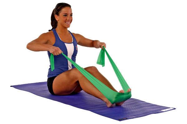 Техника выполнения подтягиваний плеч к ногам с резиновой лентой для мышц пресса