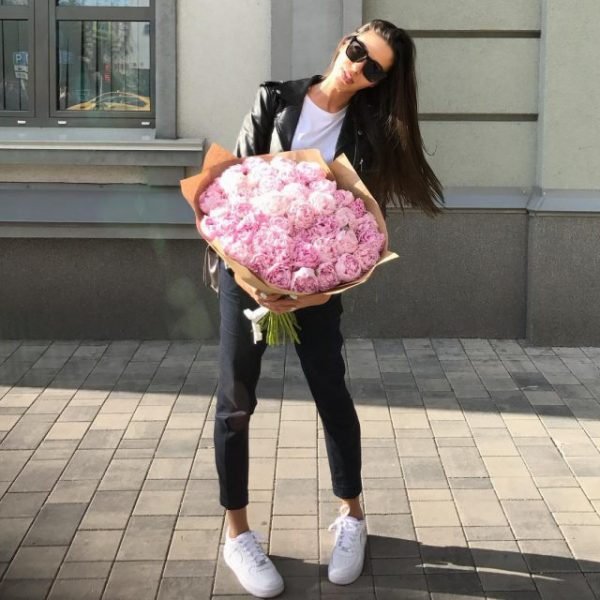 Девушка получает много цветов от поклонников