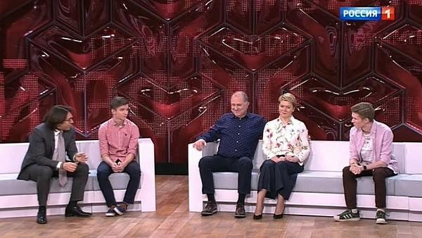 """Актер со своей женой и сыновьями в программе """"Прямой эфир"""""""