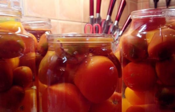 Залить помидоры водой