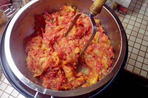 Перетереть помидоры через сито