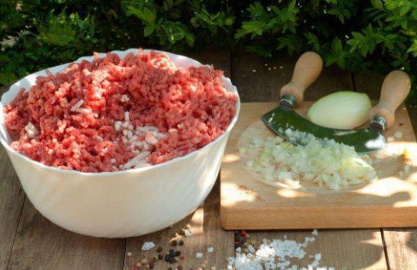 Смешать мясной фарш с измельченным луком