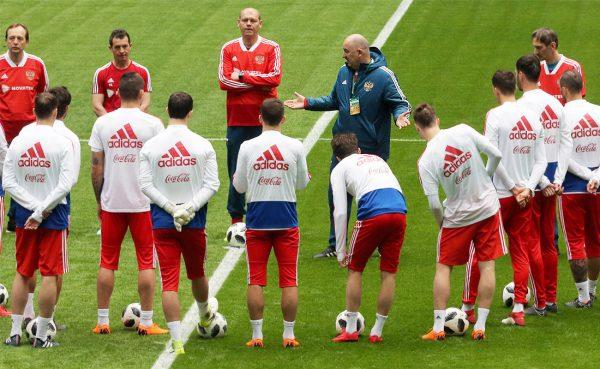 Российские футболисты во время тренировки