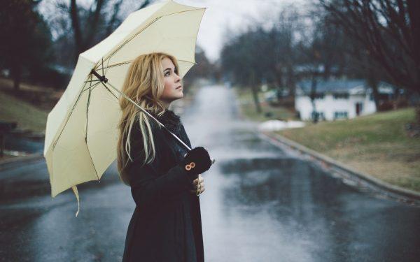 devushka_blondinka_zont_ulica_dozhd_plasch_nastroenie_2560x1600