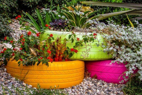 Разноцветные клумбы из шин