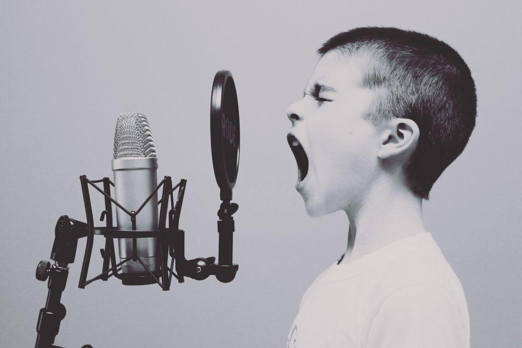 Ребенка трудно убедить не разговаривать даже во время болезни, но сделать это рекомендуется