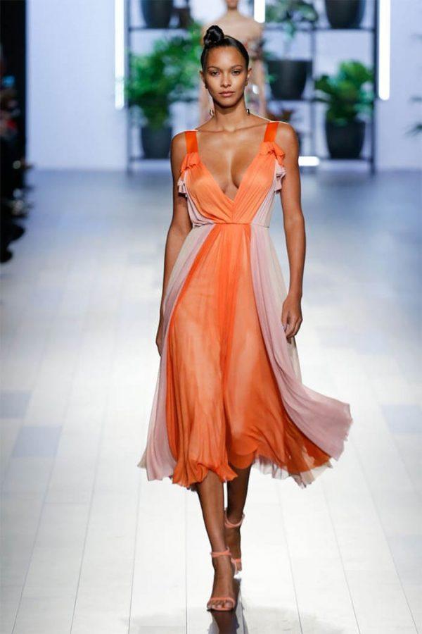 Летнее платье с открытым декольте