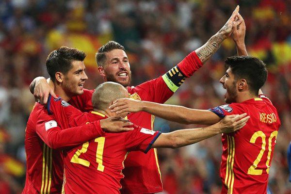 Серхио Рамос и другие футболисты испанской сборной по футболу