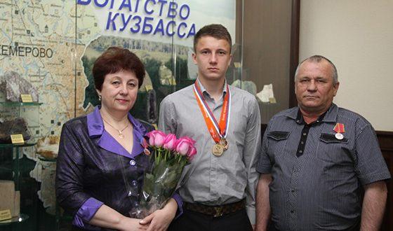 Футболист Александр Головин со своими родителями