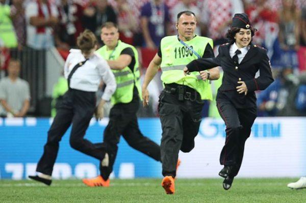 Участники Pussy Riot выбежали на футбольное поле во время финального матча ЧМ 2018