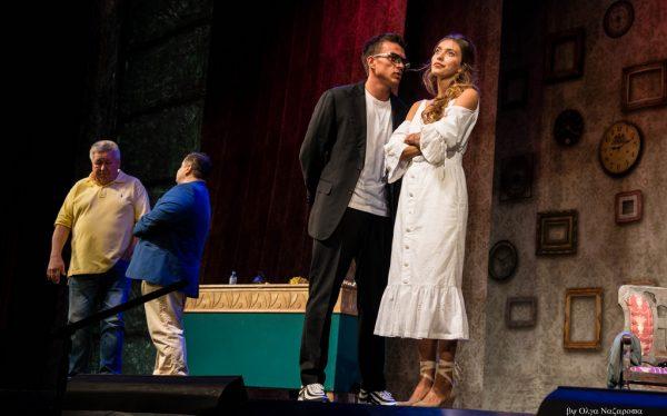 Молодые люди познакомились на сцене театра