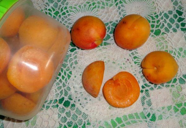 По желанию можно заморозить абрикосы в лотках с добавлением сахарного песка