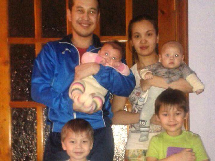 Данияр Алимбаев с женой и детьми