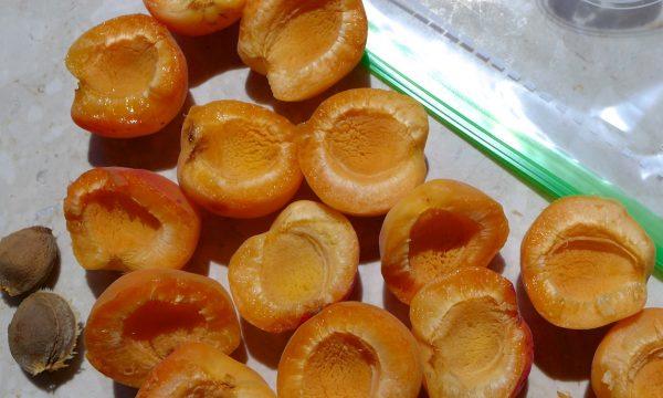 Как заморозить половинки абрикос