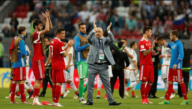 Игроки сборной России со своим тренером