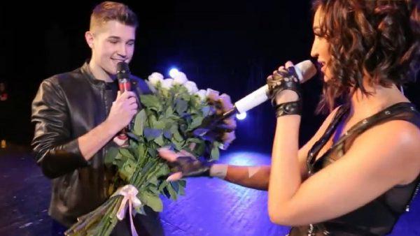 Роман Гриценко вручил большой букет Ольге Бузовой во время ее концерта