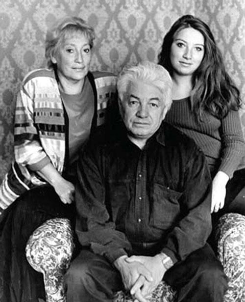Писатель с женой Ириной и дочкой