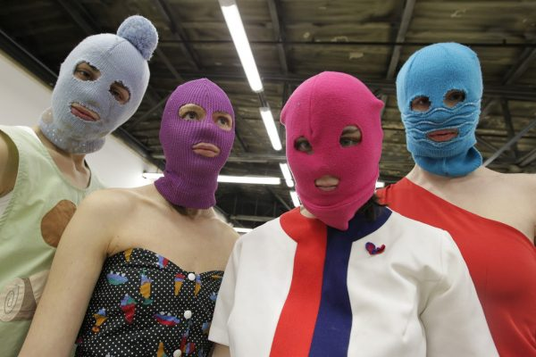 Девушки скрывают свое лицо под балаклавами