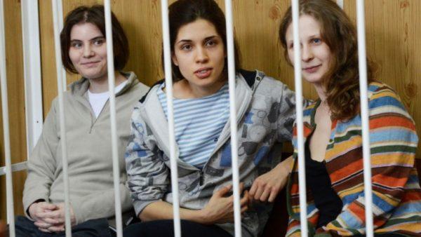 За выходку в храме Христа Спасителя участницы панк-группы были арестованы