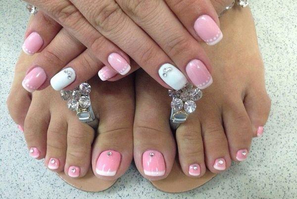 Модный розовый педикюр